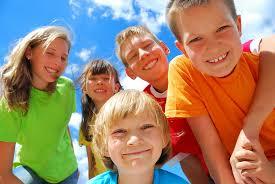 groepkinderenkijkencamera