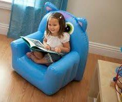 kind op stoel